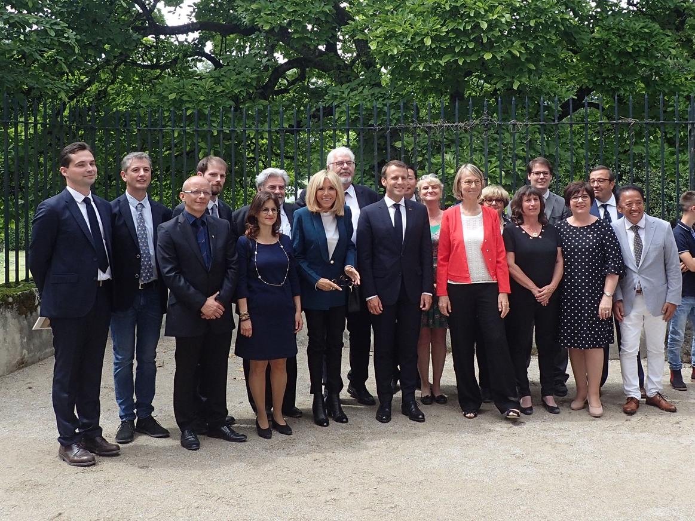 Le couple présidentiel et la ministre de la Culture avec le conseil municipal de la Ville de Ferney-Voltaire