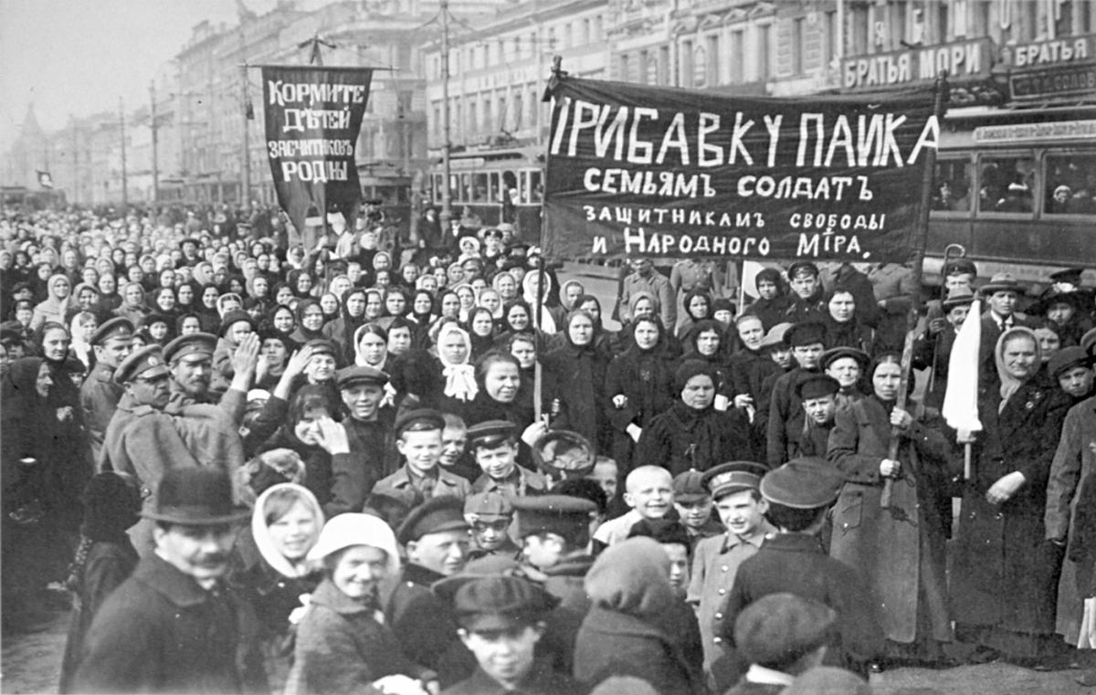 Women demanding an increase in rations for soldiers' families in Russia, February/March 1917
