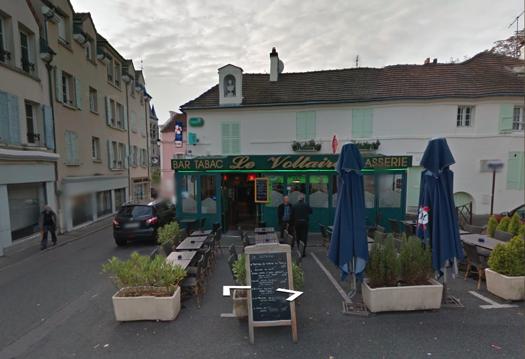 The same building on Google maps. The words words 'né à Chatenay' have disappeared from the niche. Source: https://www.google.co.uk/maps/@48.7663855,2.2793327,3a,60y,163.07h,84.58t/data=!3m6!1e1!3m4!1skRIGFHN1JFI9tqw7n9kq-Q!2e0!7i13312!8i6656!6m1!1e1